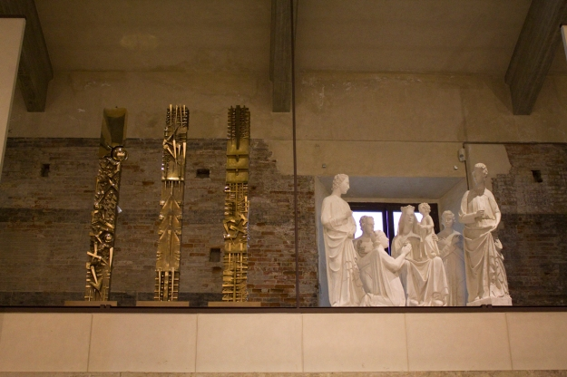 Arnaldo Pomodoro - Stele I, II, III, bronzo, 2001 Museo delle Sinopie pisa